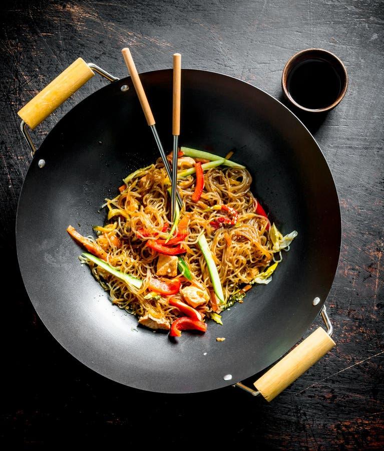 Κινεζικό wok Εύγευστα νουντλς σελοφάν με το σολομό στοκ εικόνες με δικαίωμα ελεύθερης χρήσης