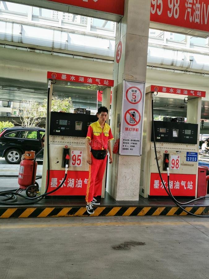 Κινηματογράφηση σε πρώτο πλάνο ένας εργαζόμενος βενζινάδικων στη wuhan πόλη στοκ εικόνες