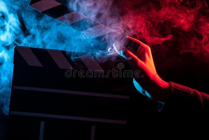 Κινηματογράφηση σε πρώτο πλάνο σε ένα ανοικτό clapperboard υπό εξέταση πρίν αρχίζει το shootin στοκ φωτογραφίες με δικαίωμα ελεύθερης χρήσης