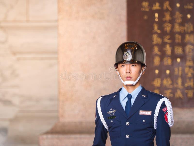 Κινηματογράφηση σε πρώτο πλάνο ένα στρατιωτικό προσωπικό κατά τη διάρκεια της μεταβαλλόμενης τελετής φρουράς στην αναμνηστική αίθ στοκ φωτογραφία