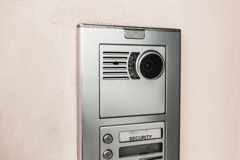 Κινηματογράφηση σε πρώτο πλάνο ασφάλειας εισόδων που πυροβολείται μιας ενδοσυνεννόησης σε μια σύγχρονη νέα πόρτα οικοδόμησης Έννο στοκ φωτογραφίες με δικαίωμα ελεύθερης χρήσης
