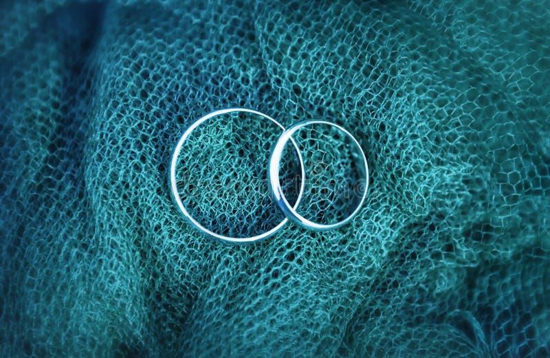 Κινηματογράφηση σε πρώτο πλάνο γαμήλιων δαχτυλιδιών αρραβώνων στοκ εικόνες