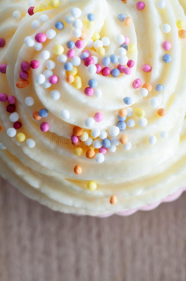 Κινηματογράφηση σε πρώτο πλάνο διακοσμήσεων Cupcake άνωθεν στοκ φωτογραφία με δικαίωμα ελεύθερης χρήσης
