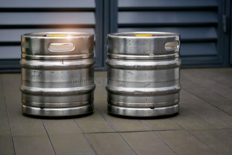 Κινηματογράφηση σε πρώτο πλάνο δύο βαρελιών μπύρας στοκ εικόνα