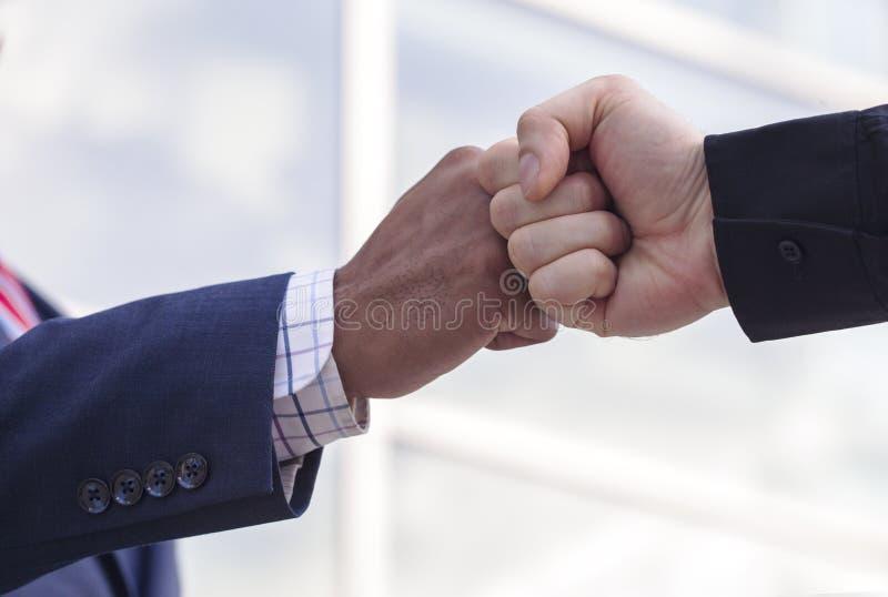 Κινηματογράφηση σε πρώτο πλάνο δύο επιχειρηματιών που δίνουν την πρόσκρουση πυγμών στοκ φωτογραφία με δικαίωμα ελεύθερης χρήσης