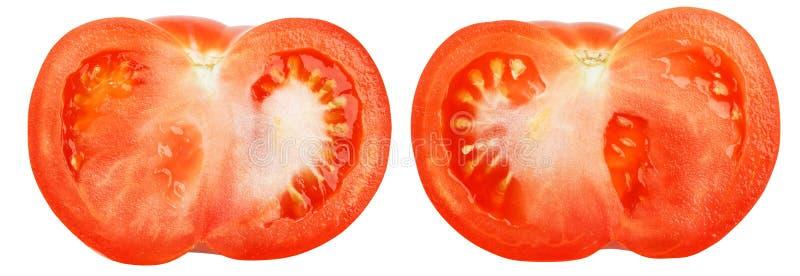 Κινηματογράφηση σε πρώτο πλάνο δύο μισές ώριμες κόκκινες ντομάτες που απομονώνονται στο λευκό στοκ φωτογραφίες