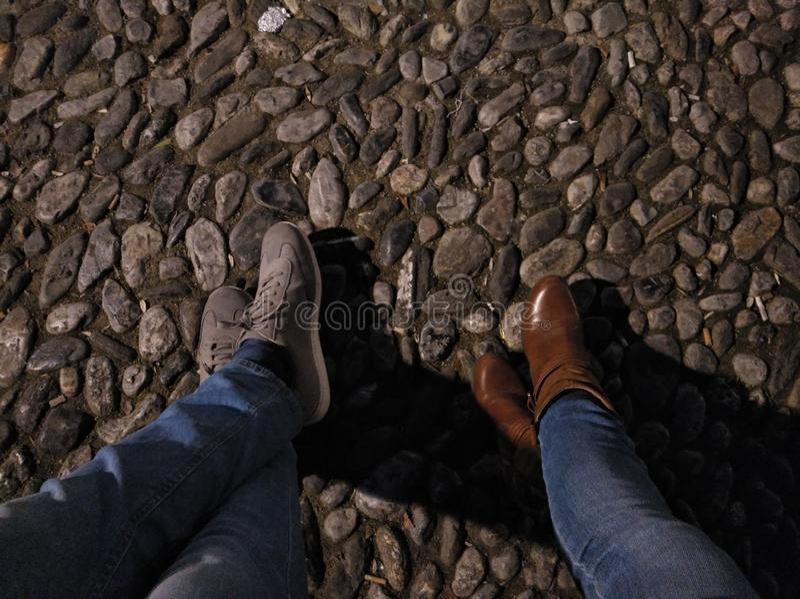 Κινηματογράφηση σε πρώτο πλάνο δύο στηργμένος ποδιών στοκ εικόνα με δικαίωμα ελεύθερης χρήσης