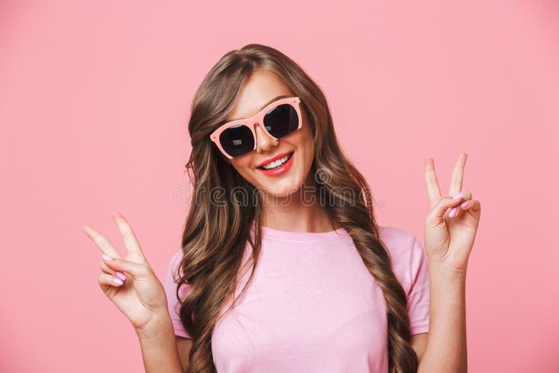 Κινηματογράφηση σε πρώτο πλάνο εικόνας της καυκάσιας γυναίκας που φορά το κομψό χαμόγελο γυαλιών ηλίου στοκ φωτογραφία με δικαίωμα ελεύθερης χρήσης