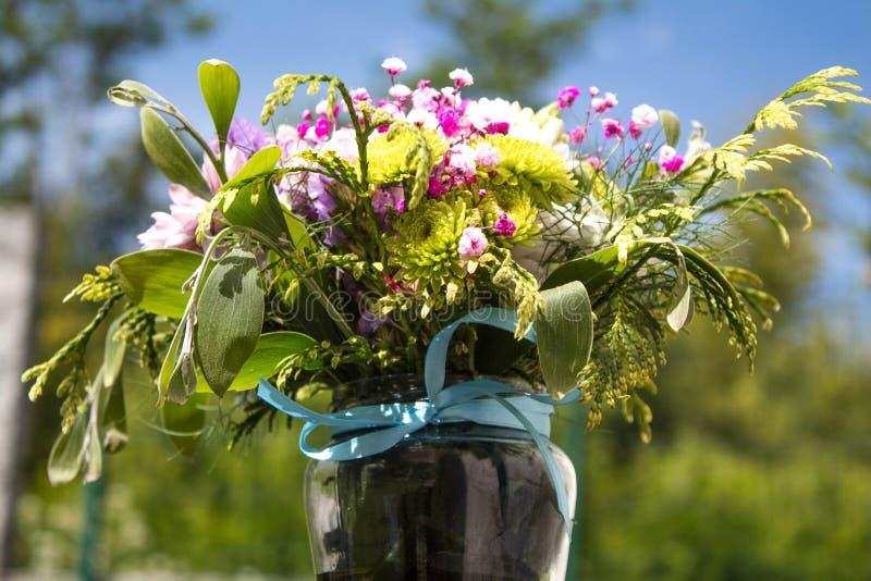 Κινηματογράφηση σε πρώτο πλάνο ενός βάζου λουλουδιών στοκ εικόνα