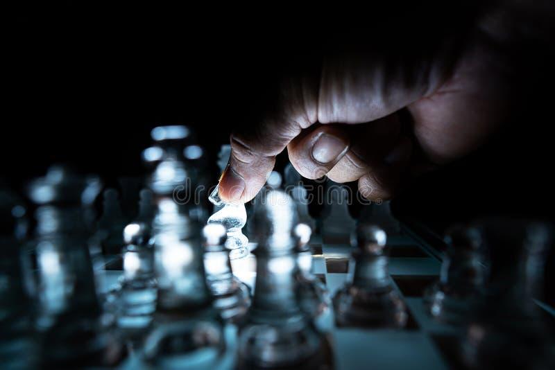 Κινηματογράφηση σε πρώτο πλάνο ενός επιχειρηματία που κρατά ένα σκάκι γυαλιού στοκ εικόνες με δικαίωμα ελεύθερης χρήσης