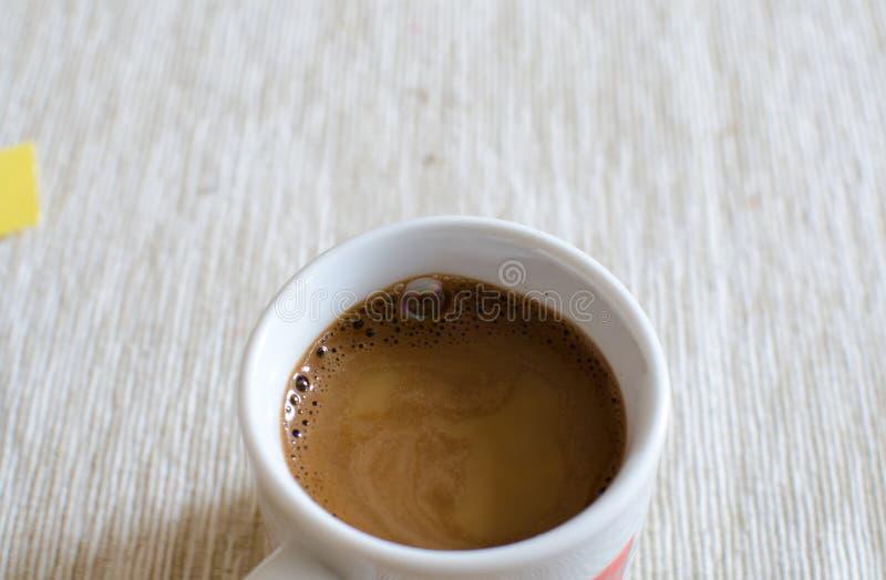 Κινηματογράφηση σε πρώτο πλάνο ενός εύγευστου φλιτζανιού του καφέ στοκ εικόνα