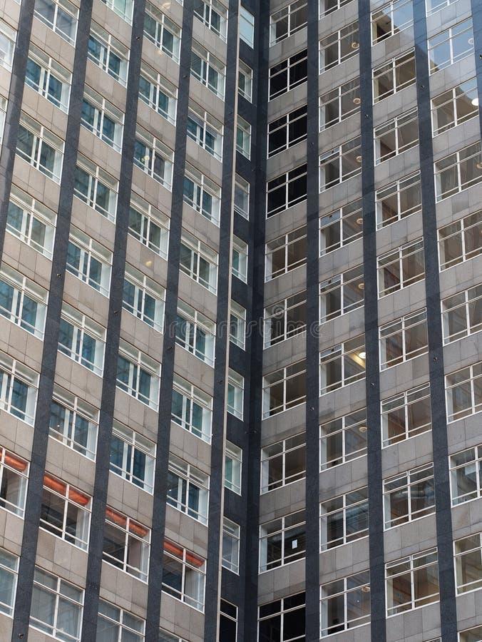Κινηματογράφηση σε πρώτο πλάνο ενός κτιρίου γραφείων ουρανοξυστών με πολλά παράθυρα στοκ εικόνα με δικαίωμα ελεύθερης χρήσης