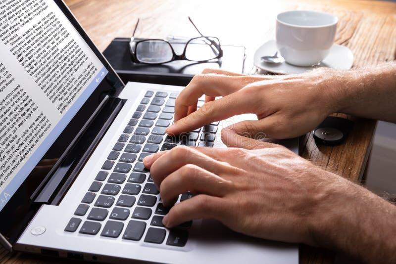 Κινηματογράφηση σε πρώτο πλάνο ενός προσώπου που δακτυλογραφεί στο lap-top στοκ φωτογραφίες με δικαίωμα ελεύθερης χρήσης