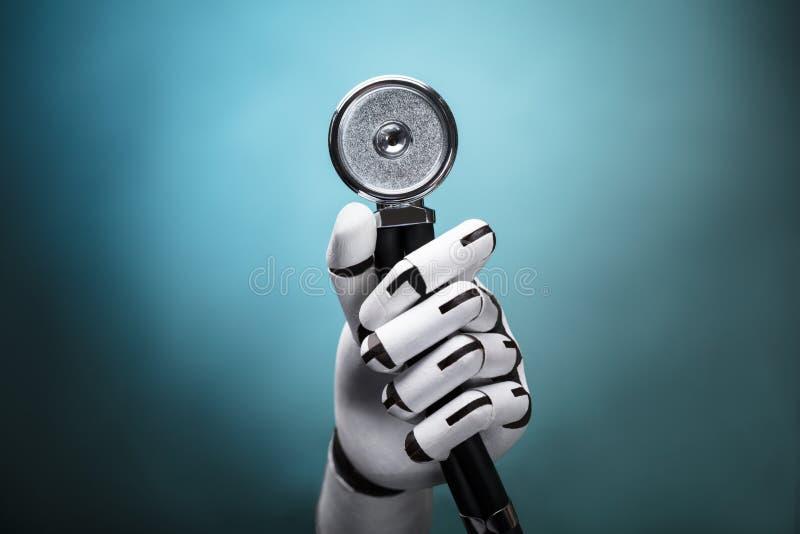 Κινηματογράφηση σε πρώτο πλάνο ενός στηθοσκοπίου εκμετάλλευσης χεριών ρομπότ ` s στοκ εικόνες