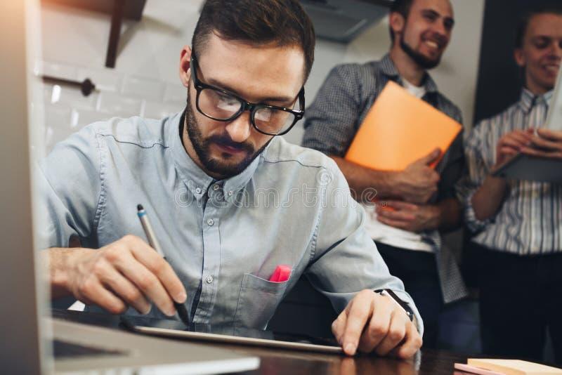 Κινηματογράφηση σε πρώτο πλάνο ενός σύγχρονου επιχειρηματία που χρησιμοποιεί τον υπολογιστή ταμπλετών για να απασχοληθεί στο W στοκ εικόνα