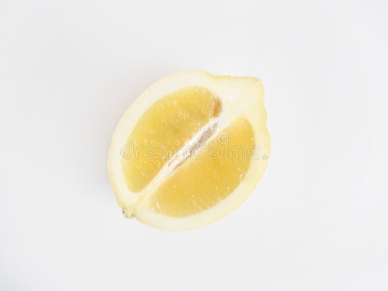 Κινηματογράφηση σε πρώτο πλάνο ενός τεμαχισμένου κίτρινου φρέσκου λεμονιού σε ένα άσπρο υπόβαθρο - τελειοποιήστε τη φυσική ταπετσ στοκ φωτογραφίες με δικαίωμα ελεύθερης χρήσης