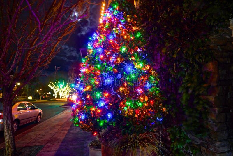 Κινηματογράφηση σε πρώτο πλάνο ενός υπέροχα διακοσμημένου χριστουγεννιάτικου δέντρου στοκ εικόνες