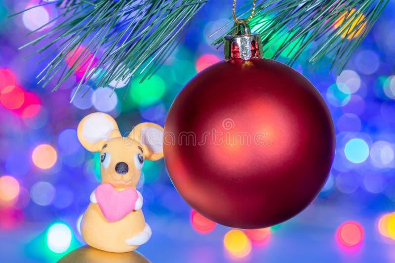 Κινηματογράφηση σε πρώτο πλάνο ενός όμορφου κοκκίνου σφαιρών παιχνιδιών χριστουγεννιάτικων δέντρων και ενός αρουραίου φιαγμένων α στοκ φωτογραφίες με δικαίωμα ελεύθερης χρήσης