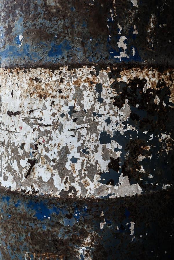 Κινηματογράφηση σε πρώτο πλάνο και λεπτομέρεια της σύστασης ενός μπλε και άσπρου σκουριασμένου βαρελιού καυσίμων στοκ φωτογραφία