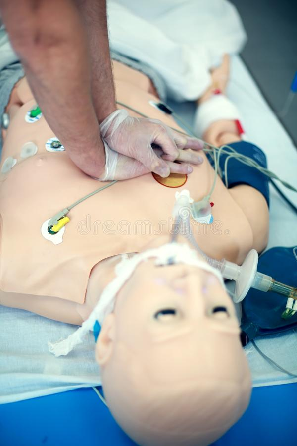 Κινηματογράφηση σε πρώτο πλάνο κατάρτισης CPR Άσκηση των ιατρικών δεξιοτήτων σε ένα ιατρικό ομοίωμα Ιατρική εκπαίδευση Σύγχρονο t στοκ φωτογραφία με δικαίωμα ελεύθερης χρήσης