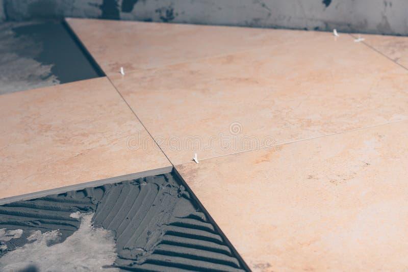 Κινηματογράφηση σε πρώτο πλάνο κεραμιδιών πατωμάτων, μεγάλα τετραγωνικά κεραμίδια φιαγμένα από κεραμίδια πορσελάνης στοκ εικόνα με δικαίωμα ελεύθερης χρήσης