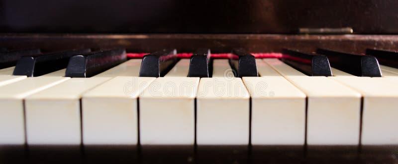 Κινηματογράφηση σε πρώτο πλάνο κλειδιών πιάνων ελεφαντόδοντου στοκ εικόνα