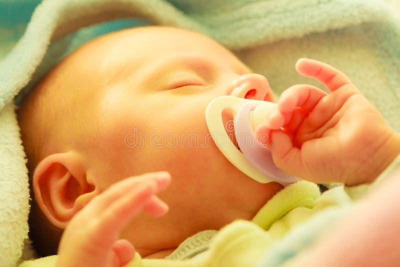 Κινηματογράφηση σε πρώτο πλάνο λίγου νεογέννητου ύπνου με τη ρώγα στο στόμα στοκ εικόνες