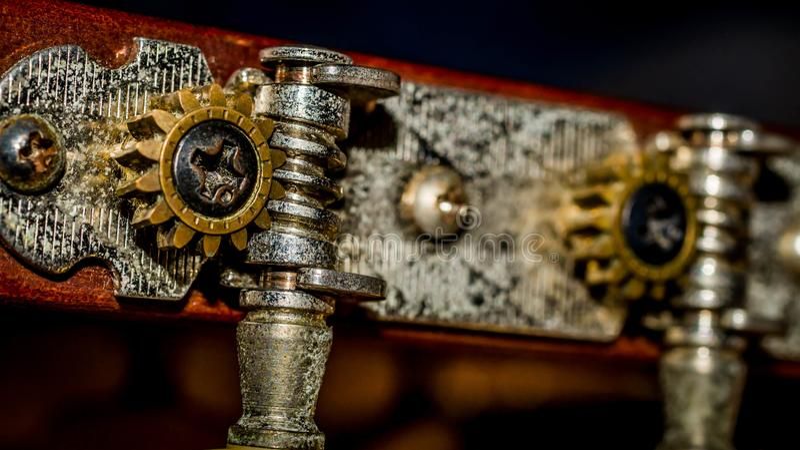 Κινηματογράφηση σε πρώτο πλάνο λεπτομέρειας της στροφής του γόμφου της ακουστικής κιθάρας στοκ φωτογραφίες