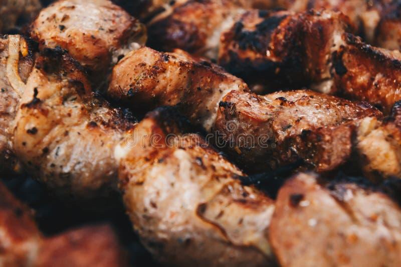 Κινηματογράφηση σε πρώτο πλάνο μερικών οβελιδίων κρέατος που ψήνονται στη σχάρα στοκ φωτογραφίες με δικαίωμα ελεύθερης χρήσης