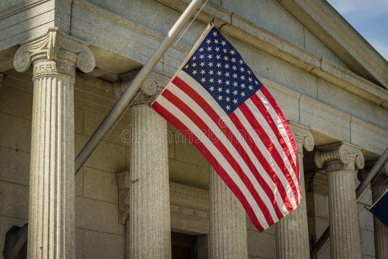 Κινηματογράφηση σε πρώτο πλάνο μιας αμερικανικής σημαίας που κρεμά μια ηλιόλουστη ημέρα στοκ εικόνα