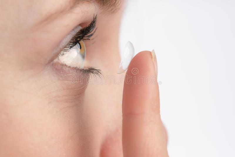 Κινηματογράφηση σε πρώτο πλάνο μιας γυναίκας που θέλει να χρησιμοποιήσει έναν φακό επαφής στοκ εικόνα με δικαίωμα ελεύθερης χρήσης