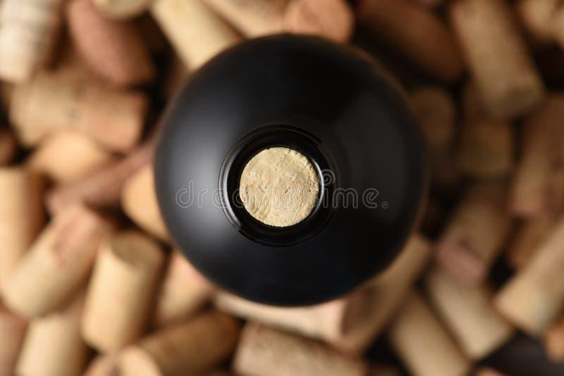 Κινηματογράφηση σε πρώτο πλάνο μιας κορυφής μπουκαλιών κρασιού με το φελλό που εκτίθεται στοκ φωτογραφίες