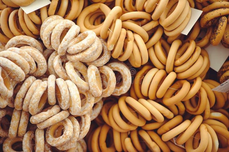 Κινηματογράφηση σε πρώτο πλάνο μιας ομάδας διαφορετικών donuts σε μια πώληση οδών με burlap στο υπόβαθρο στοκ εικόνες