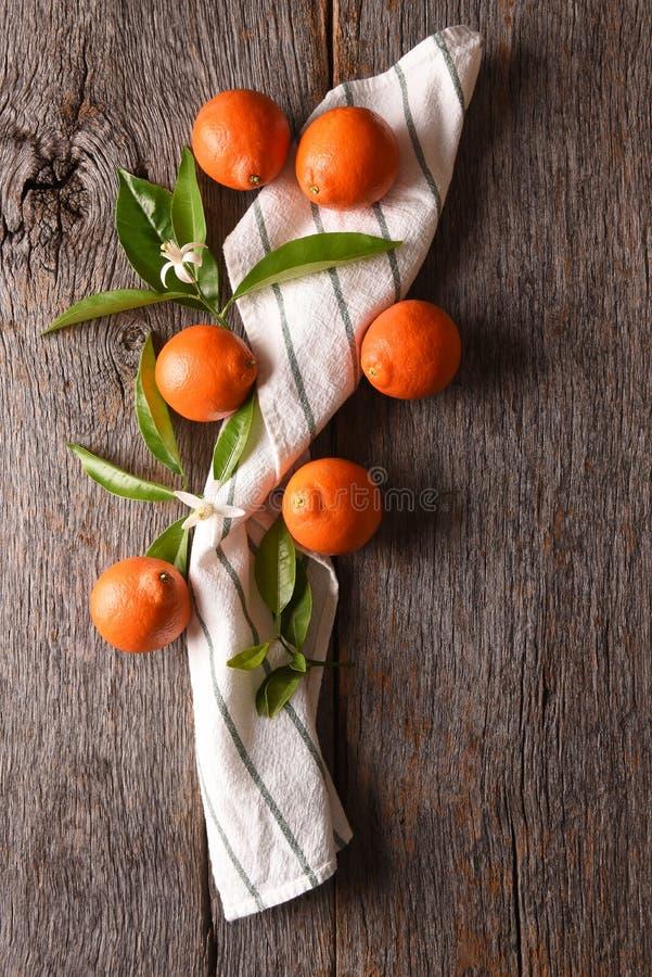 Κινηματογράφηση σε πρώτο πλάνο μιας ομάδας φρούτων και μιας πετσέτας και των φύλλων σε έναν αγροτικό ξύλινο πίνακα στοκ εικόνα