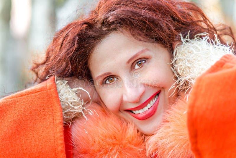 Κινηματογράφηση σε πρώτο πλάνο μιας όμορφης χαμογελώντας ώριμης γυναίκας στοκ φωτογραφίες
