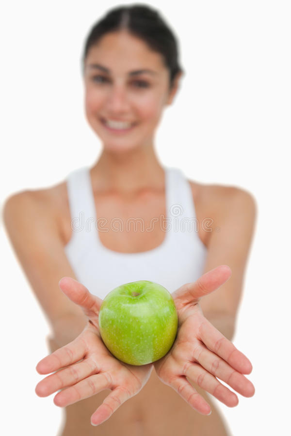 Κινηματογράφηση σε πρώτο πλάνο μια πράσινη εκμετάλλευση μήλων από ένα brunette στοκ εικόνα