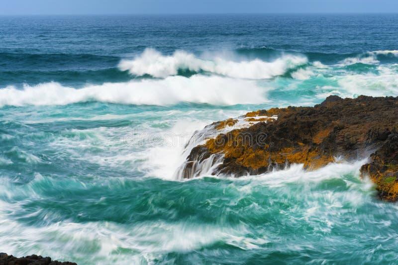 Κινηματογράφηση σε πρώτο πλάνο να αναδεύσει τα κύματα στο καρδάρι διαβόλων στοκ εικόνα