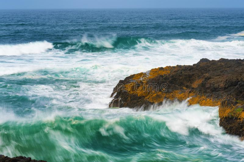 Κινηματογράφηση σε πρώτο πλάνο να αναδεύσει τα κύματα στο καρδάρι διαβόλων στοκ εικόνες