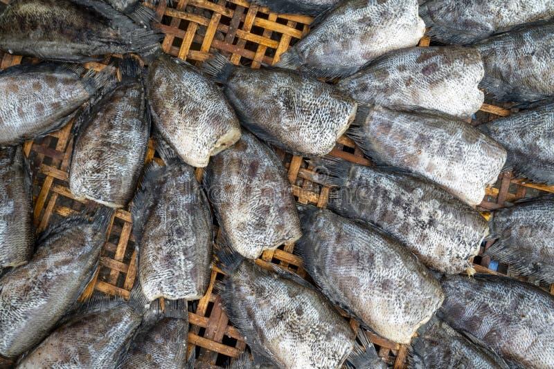 Κινηματογράφηση σε πρώτο πλάνο ξηρό gourami snakeskin στο δίσκο μπαμπού που επιδεικνύεται στην τοπική αγορά στοκ φωτογραφίες