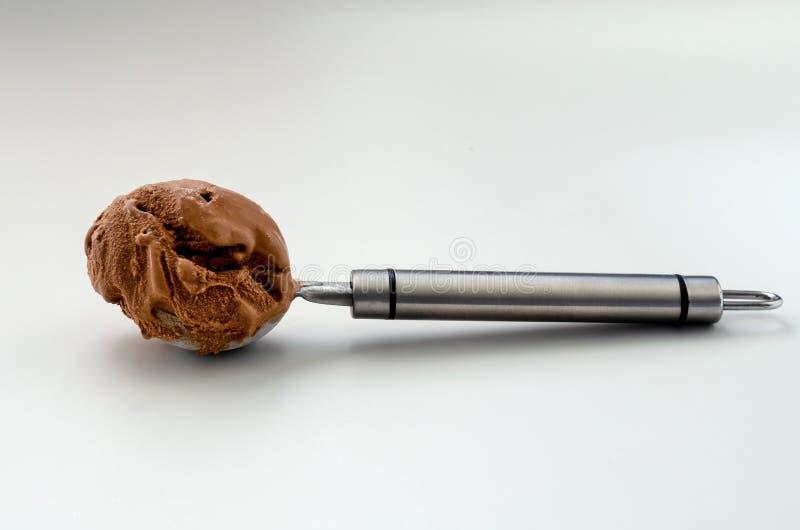 Κινηματογράφηση σε πρώτο πλάνο παγωτού σοκολάτας σε ένα άσπρο υπόβαθρο στοκ φωτογραφίες με δικαίωμα ελεύθερης χρήσης