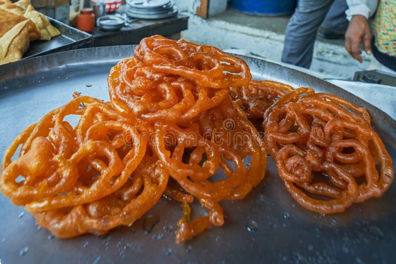 Κινηματογράφηση σε πρώτο πλάνο πορτοκαλιού Jalebi στο σιρόπι ζάχαρης sasaram bihar ΙΝΔΙΑ Ασία στοκ φωτογραφία