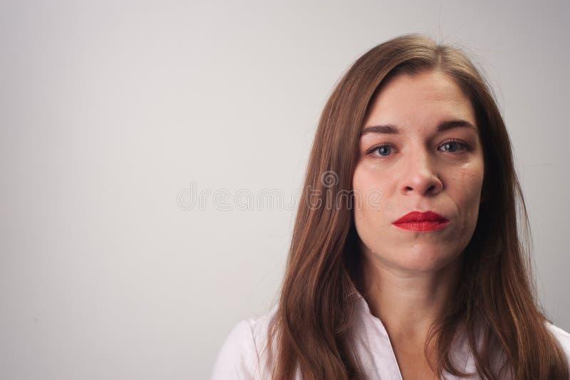 Κινηματογράφηση σε πρώτο πλάνο πορτρέτου του λυπημένου χαμόγελου γυναικών δυστυχώς στοκ εικόνες