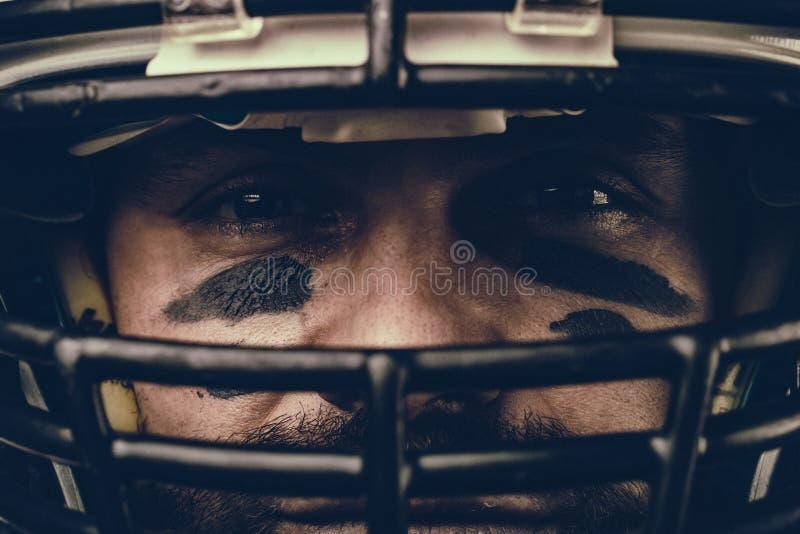 Κινηματογράφηση σε πρώτο πλάνο πορτρέτου, φορέας αμερικανικού ποδοσφαίρου, γενειοφόρος στο κράνος Αμερικανικό ποδόσφαιρο έννοιας, στοκ εικόνα