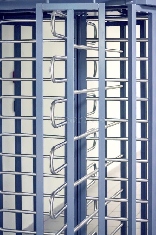 Κινηματογράφηση σε πρώτο πλάνο πορτών περιστροφικών πυλών Μετάβαση στο επίσημο έδαφος στοκ φωτογραφίες