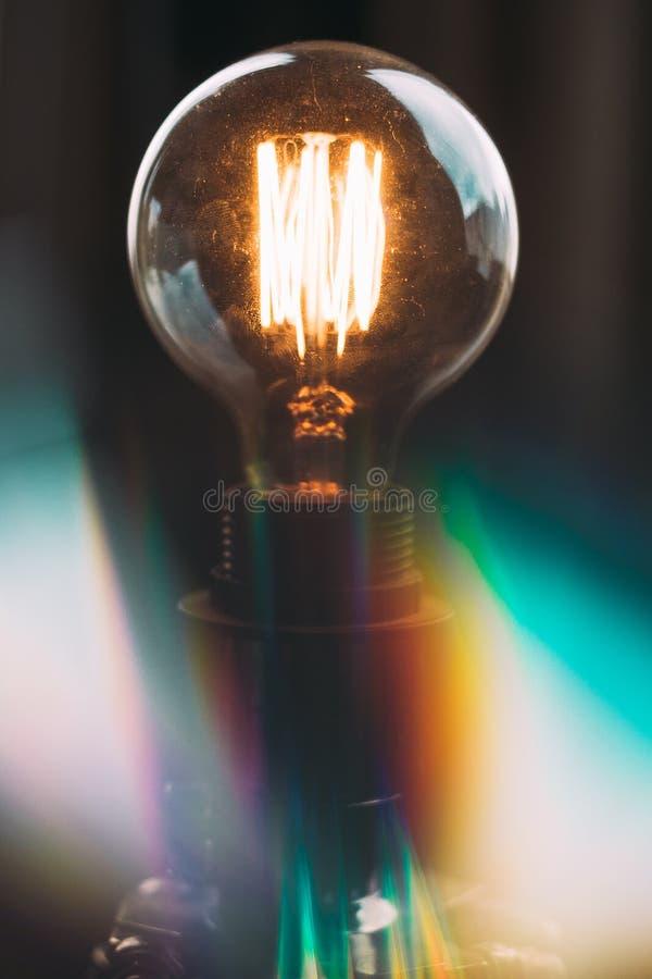 Κινηματογράφηση σε πρώτο πλάνο που πυροβολείται ενός υψηλής τάσεως φωτεινού lightbulb στο στούντιο στοκ φωτογραφία