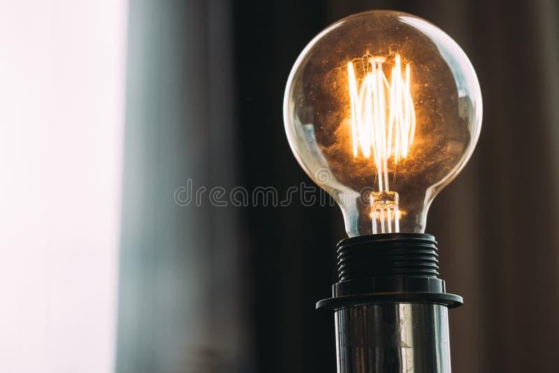 Κινηματογράφηση σε πρώτο πλάνο που πυροβολείται ενός υψηλής τάσεως φωτεινού lightbulb στο στούντιο στοκ εικόνες