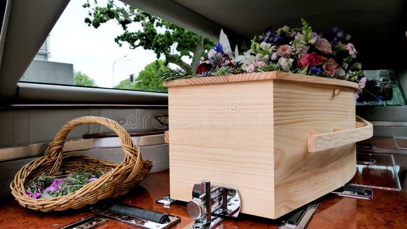 Κινηματογράφηση σε πρώτο πλάνο που πυροβολείται μιας ζωηρόχρωμης κασετίνας hearse ή ένα παρεκκλησι πριν από την κηδεία ή του εντα στοκ εικόνα