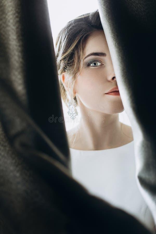 Κινηματογράφηση σε πρώτο πλάνο που πυροβολείται μιας κομψής, νύφης brunette στα εκλεκτής ποιότητας άσπρα dres στοκ εικόνες με δικαίωμα ελεύθερης χρήσης