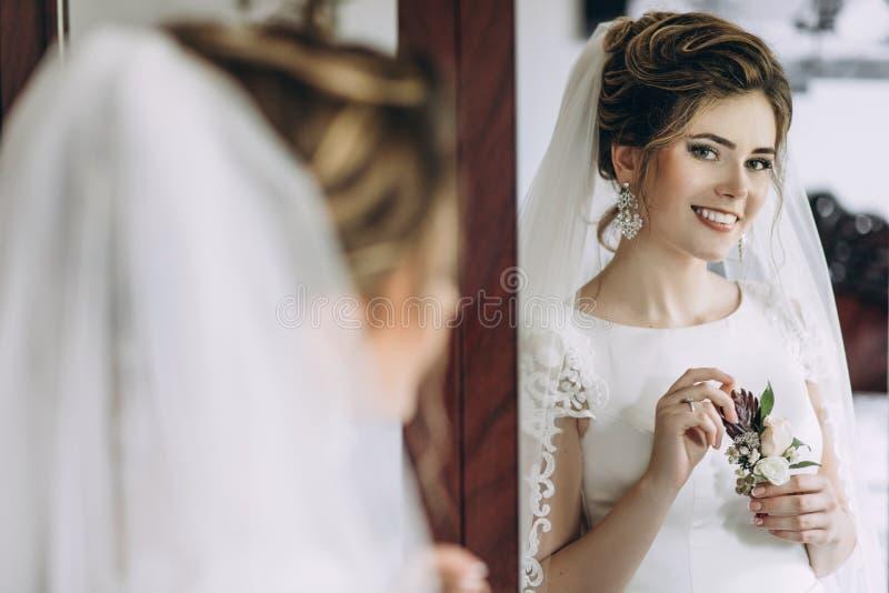 Κινηματογράφηση σε πρώτο πλάνο που πυροβολείται μιας κομψής, νύφης brunette στα εκλεκτής ποιότητας άσπρα dres στοκ φωτογραφία με δικαίωμα ελεύθερης χρήσης