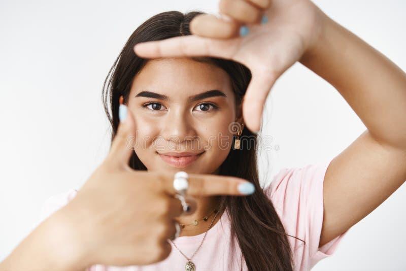Κινηματογράφηση σε πρώτο πλάνο που πυροβολείται του επινοητικού και δημιουργικού όμορφου ινδικού κοριτσιού που κάνει τα πλαίσια μ στοκ εικόνα με δικαίωμα ελεύθερης χρήσης